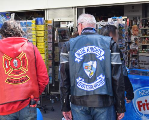 Fotografie Red Knights Germany 1 Visit CH 1 Ausflug Red Knight und Blue Knight am Kiosk