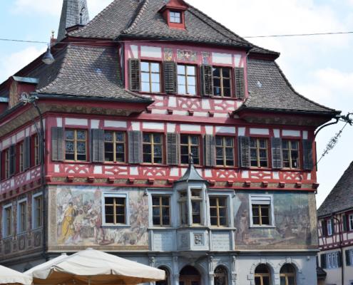 Fotografie Red Knights Germany 1 Visit CH 1 Ausflug Stein am Rhein Rundgang Häuserfront Motivbemalung Heimkehr des Steiner Fähnleins 1476