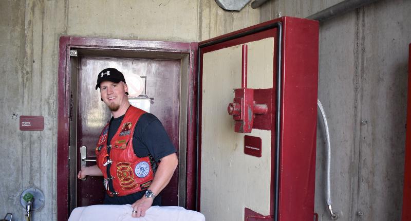 Fotografie Red Knights Germany 1 Visit CH 1 Bunker CH-Member Samsung als Bunkerführer am Eingang
