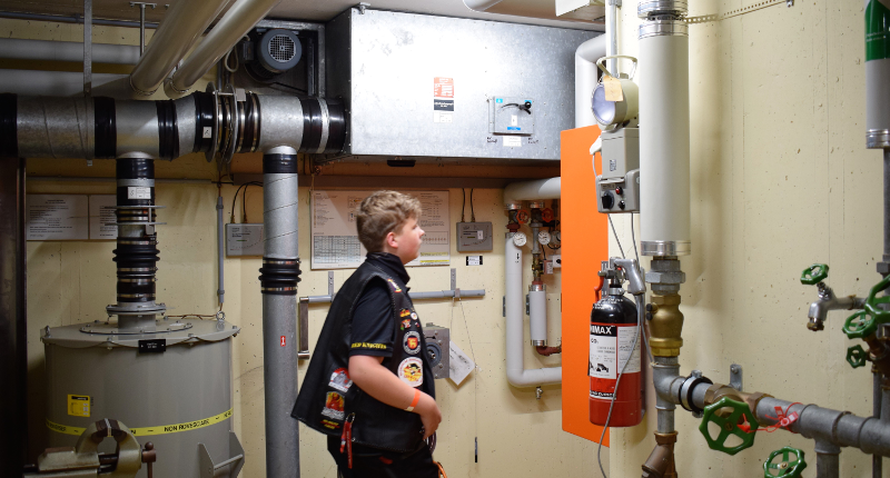 Fotografie Red Knights Germany 1 Visit CH 1 Bunker Technikraum mit Juniormember Paul