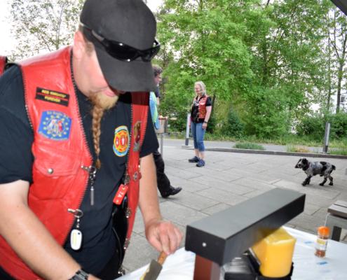 Fotografie Red Knights Germany 1 Visit CH 1 Grillen Raclettkäse Schmelzgerät CH-Member Treasurer Mounti und interessierter Hund