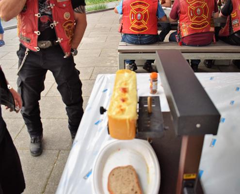 Fotografie Red Knights Germany 1 Visit CH 1 Grillen Raclettkäse Schmelzgerät brauner Käse