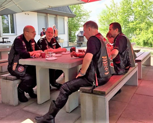 Fotografie Red Knights Germany 1 Visit CH 1 Jogi, Joke, Heizer und T-Rex auf der Terasse