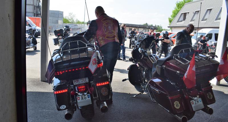 Fotografie Red Knights Germany 1 Visit CH 1 Vorbereitung Ausfahrt Harley Davidson mit Vollbeleuchtung