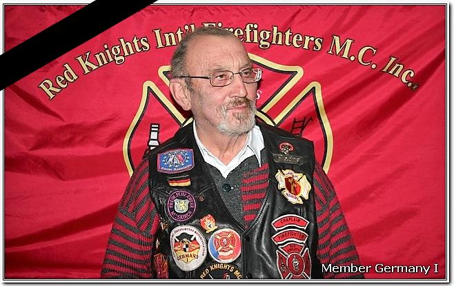 Padre vor Red Knights Fahne in Kutte mit Trauerband