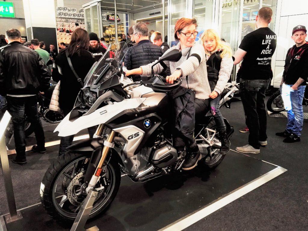 Sabrina und Dörthe auf BMW GS 01