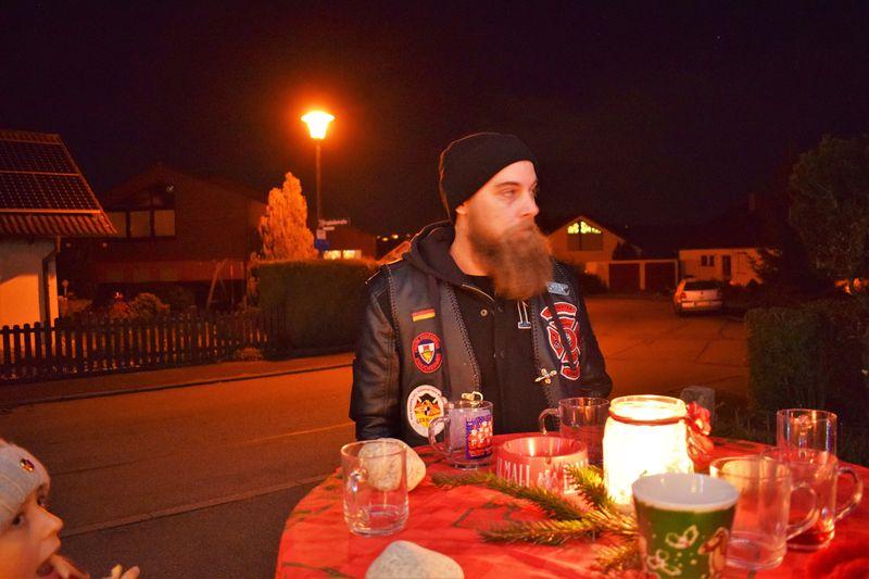 charity-adventstreffen 2019 bei willi member shorty stehend aussen red-knights