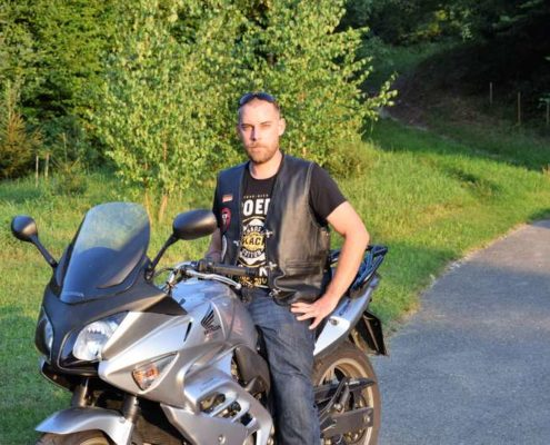 foto redknights germany1 member marcel prospekt auf motorrad diagonal
